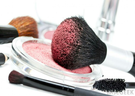 makeup-brush-with-pink-powder-559x396